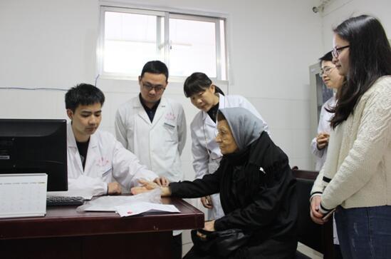 中医疗法大受青睐 长医附一接诊89岁外籍患者