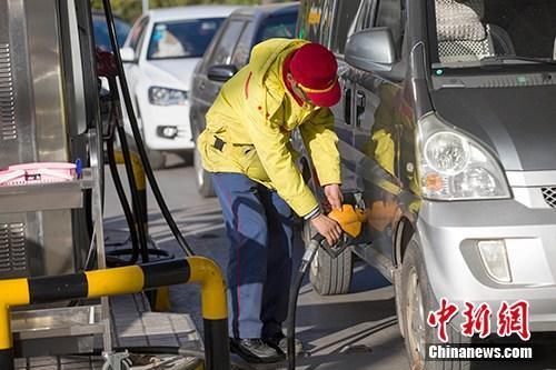 ↑资料图:山西太原,车辆正在加油站加油。中新社记者 张云 摄