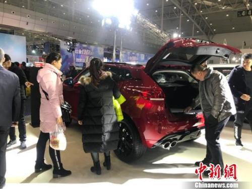 资料图:消费者在参观国产车。迪娜 摄