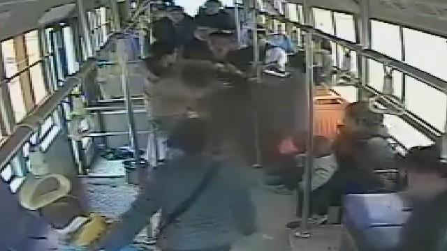 高二学生公交车上仗义执言勇斗扒手