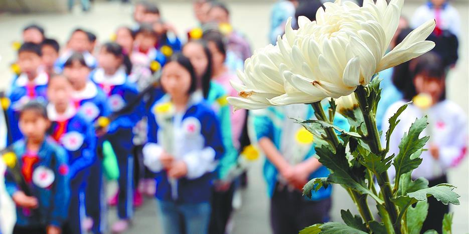 湖南各界群众到烈士公园敬献鲜花 缅怀先烈