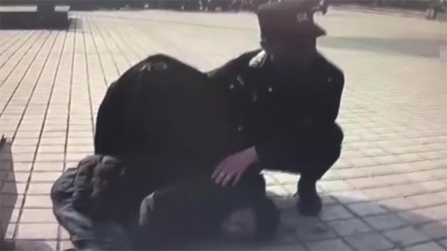 30度气温中 民警为醉酒男子遮阳半小时等待救护车