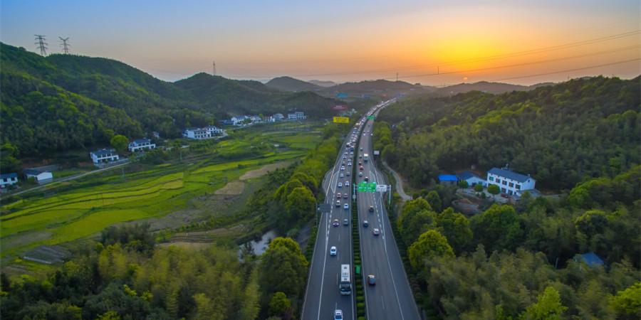 夕阳下的长张高速 车辆有序行驶