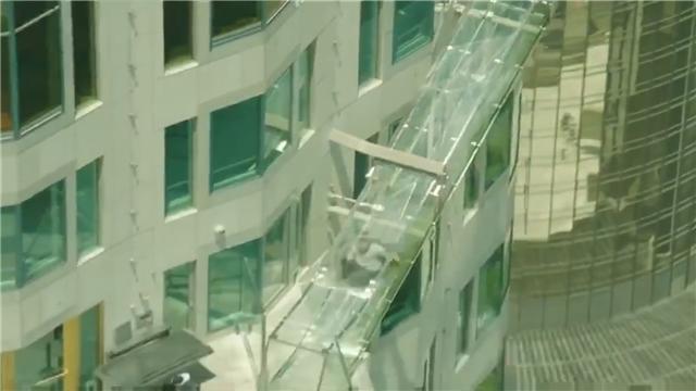 洛杉矶第一高楼上建玻璃滑梯