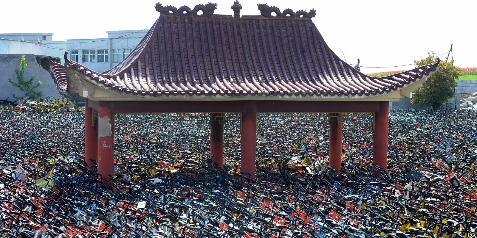 武汉一空地现共享单车