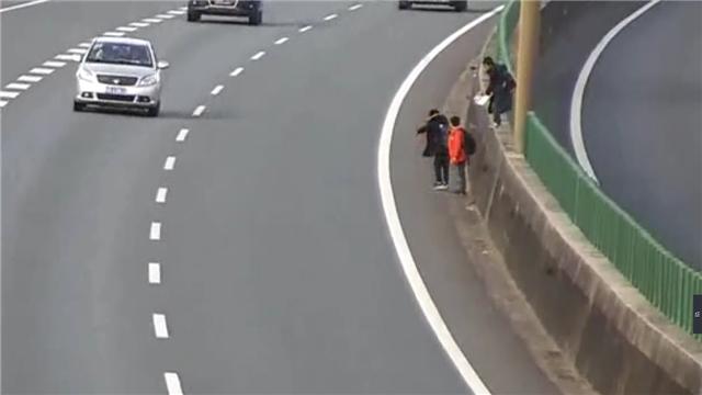 4个小学生横穿高速练轻功