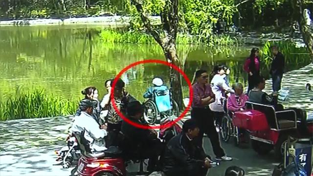 保姆看广场舞太入迷 90岁老奶奶的轮椅一头栽进湖里