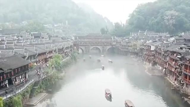 凤凰:泛舟沱江体验烟雨凤凰