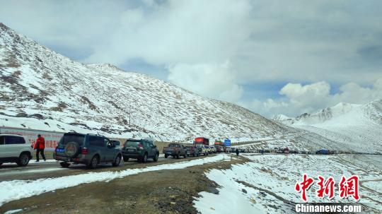 暴雪致川藏线数百辆车受阻 路凯 摄