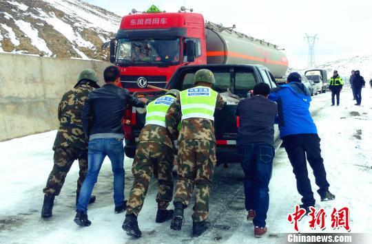 武警某部交通三支队驻左贡县中队官兵与现场人员一起疏通车辆 路凯 摄