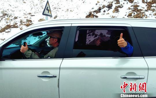 滞留车辆的司乘人员向武警某部交通三支队一线救援官兵点赞 路凯 摄