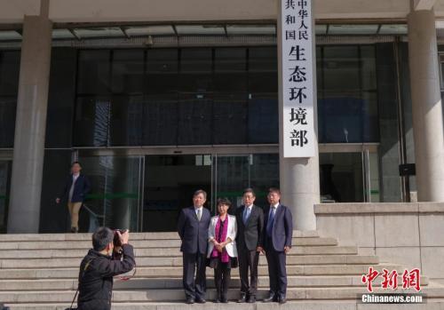 4月16日,新组建的中华人民共和国生态环境部在北京正式挂牌。图为民众与新牌合影。 <a target='_blank' href='http://www.chinanews.com/'>中新社</a>记者 贾天勇 摄