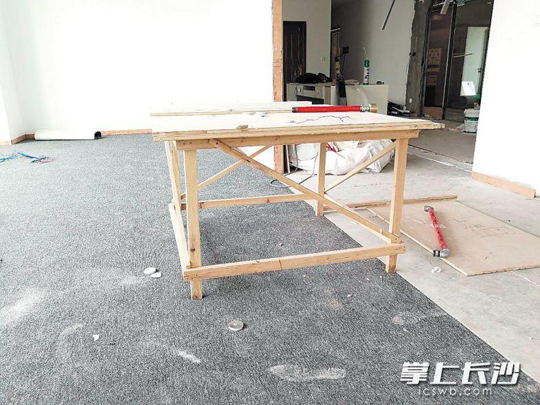 前日,陈先生前往装修现场发现,地毯、瓷砖上并未铺设保护层,还摆放着不少施工工具、材料,地毯上有不少带灰的脚印。 受访者供图