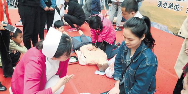 孩子呼吸道进了异物怎么办 老人心脏骤停或中风怎么救