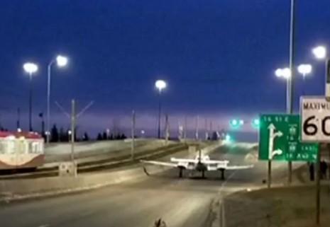 飞机竟在公路上迫降