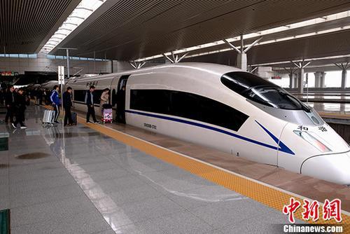资料图:旅客准备乘坐高铁出行。 中新社记者 王中举 摄