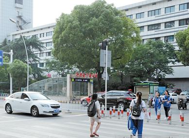 礼让斑马线在湘潭蔚然成风