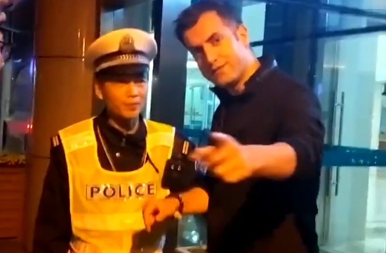老外酒驾被查耍赖 交警:在中国就要遵守中国的法律