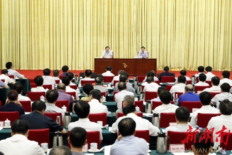 省委理论学习中心组(扩大)举行报告会