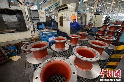 资料图:机械加工厂工人正在生产。 <a target='_blank' href='http://www.chinanews.com/'>中新社</a>记者 王东明 摄