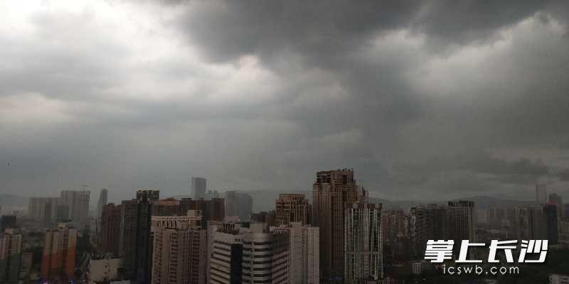 转眼之间,长沙市乌云密布,狂风大作。暴风雨即将来临。通讯员 罗泽柯 摄