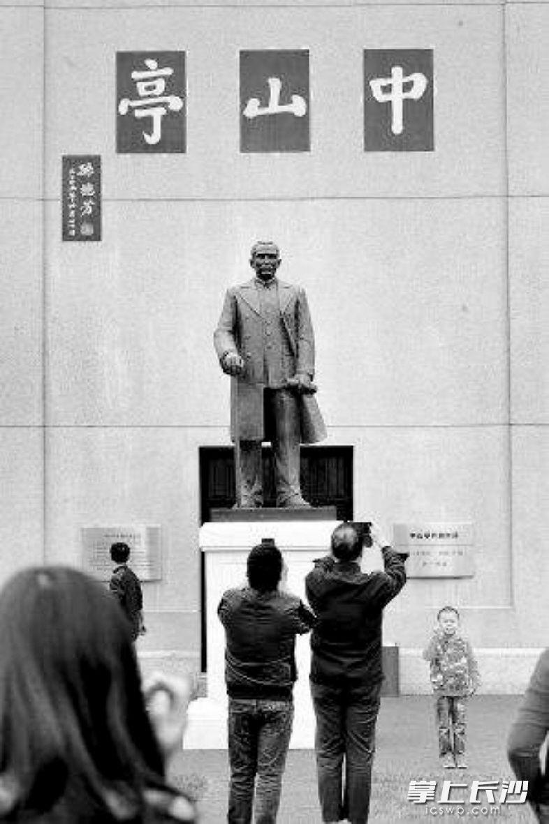 中山亭的孙中山铜像