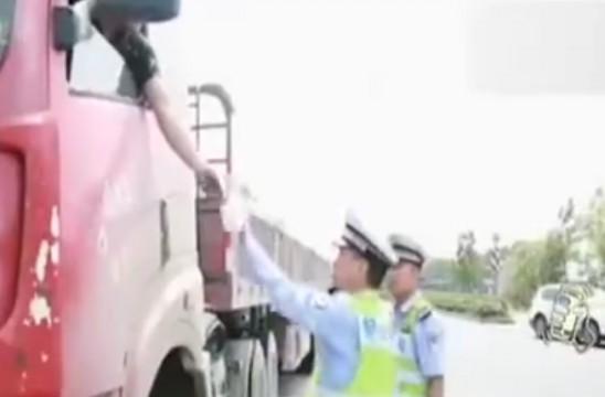 驾驶员遇查掏出6本证 自己都晕了认不出哪个是真的