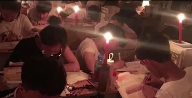 """停电后他们点上蜡烛继续拼搏 """"每一秒都可能改变命运"""""""
