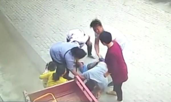 危急时刻他用身体撞停三轮车救下车上女童