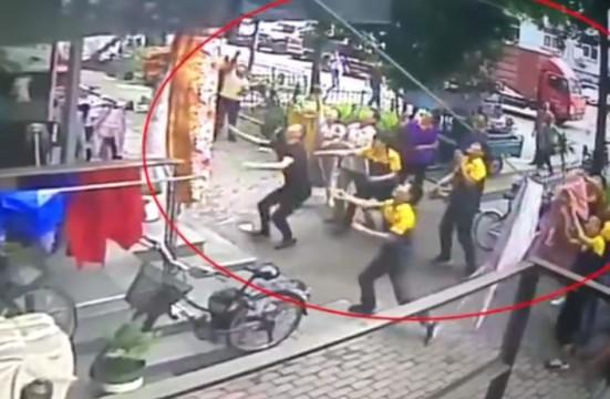 3岁男童不幸6楼坠下 快递小哥接住摔倒手脱臼