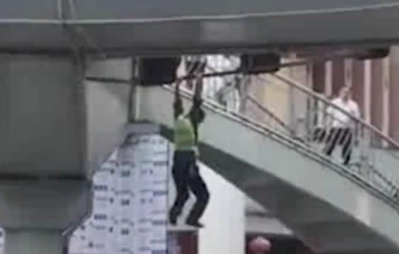 脚手架垮塌工人悬挂半空 警民协力救人