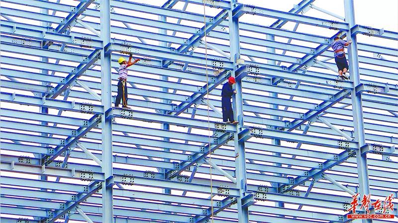 6月4日,长沙县三一路与板仓路交会处,施工人员在安装立体车库钢结构