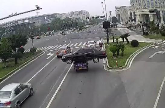 """""""最牛""""三轮司机被罚 驮一吨小轿车超载运回废品站"""