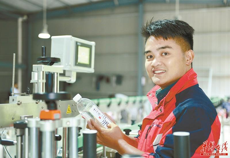 最年轻的党员杨斌:我们年轻人,要为村里多做点事