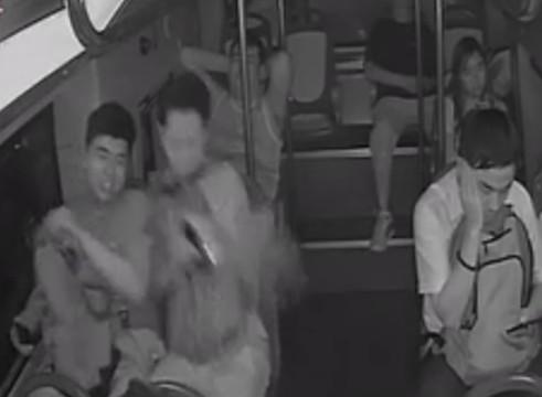 男子乘公交背包突然爆炸 火光直冲车顶