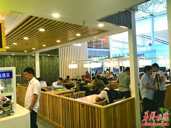"""探访机场餐饮:机场餐饮""""同城同价"""",到底跟谁比价?"""