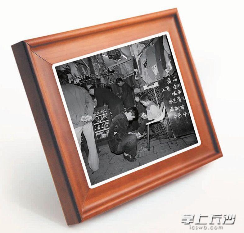 1984年11月,黄兴北路上经营上海服饰的个体商铺。 长沙晚报历史资料库图片