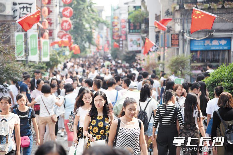 2017年,长沙市场主体突破80万户,每万人拥有市场主体数居中部省会城市第一。图为太平街。长沙晚报记者 刘琦 摄