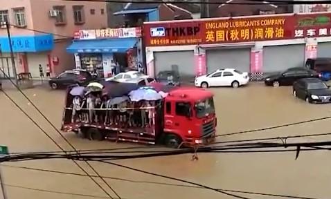 道路被淹 大货车冲锋舟送考200考生