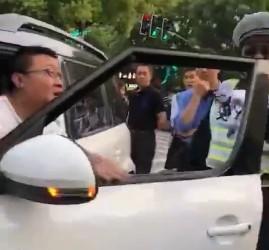 违章男子嚣张抗法 交警反应神速