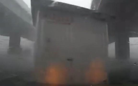 狂风推着房子过斑马线 吓坏路过司机