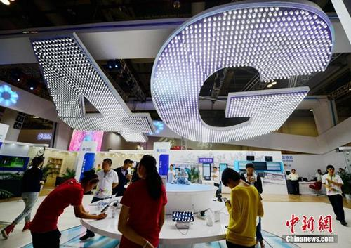 2013年10月25日,厦门市民在体验中国移动4G网络。 <a target='_blank' href='http://www.chinanews.com/'>中新社</a>记者 张斌 摄