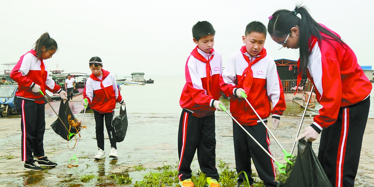 岳阳小学生志愿者清理垃圾 守护洞庭湖
