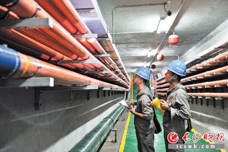 """劳动路地下综合管廊内,工作人员正在进行检查。高铁会展新城加速推进城市呼吸系统、综合管廊系统建设,让这里变成""""会呼吸、有弹性""""的城。 王志伟 摄"""