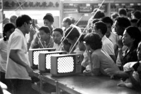 湖南首批彩电购买者:一台14寸彩电花了大约一年半的工资