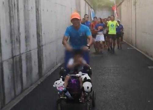 快递员父亲3年来推着脑瘫儿子跑马拉松