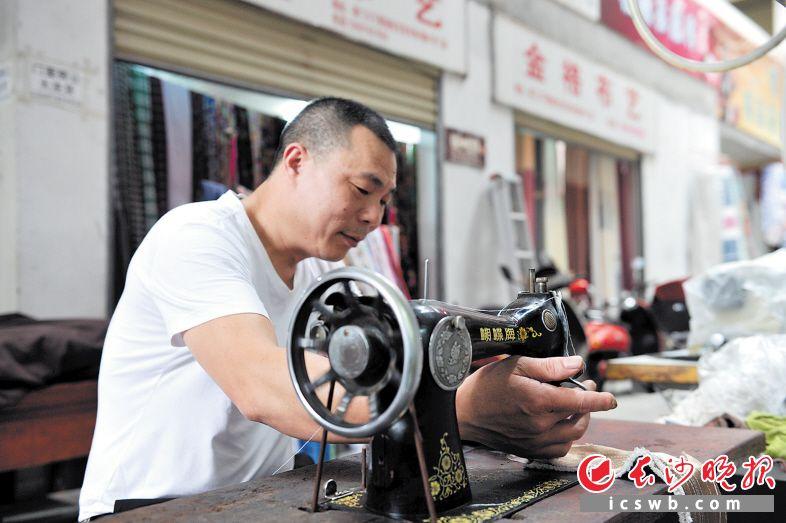 """虽是上世纪70年代的""""古董"""",但这台蝴蝶牌缝纫机还能正常运转。长沙晚报记者 王志伟 摄"""
