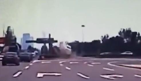 奔驰撞花坛腾空飞出 司机被甩出车外