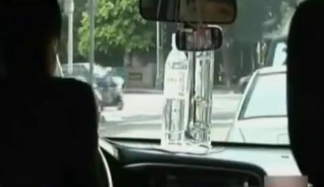 男子在车里随手放了两瓶水 谁知竟把车给烧了