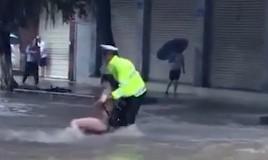 """暴雨突袭 交警""""水中飞""""救人"""